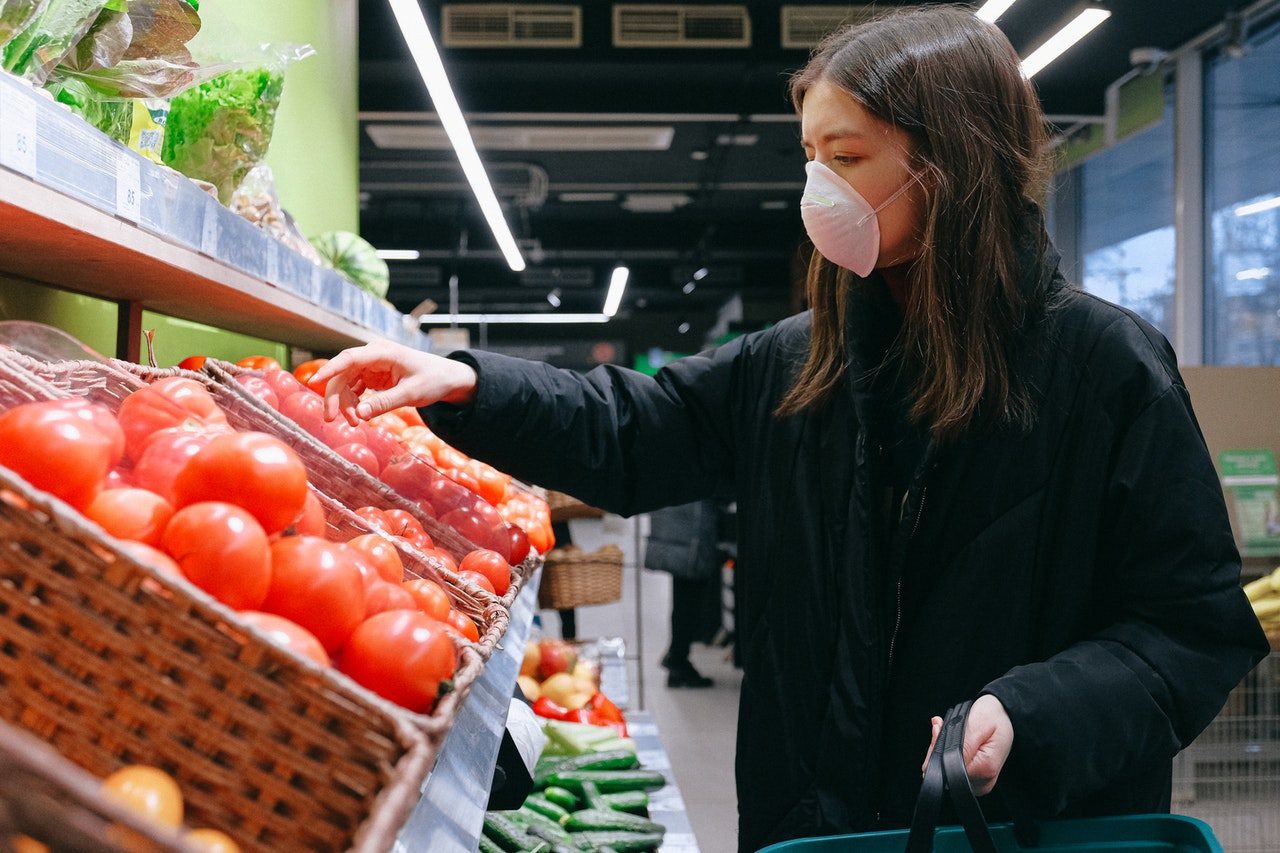 woman-in-face-mask-shopping-in-supermarket-csrindex